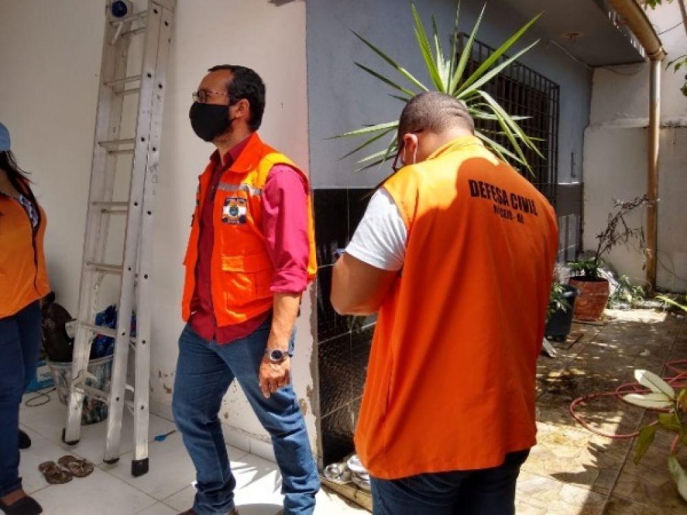 Técnicos da Defesa Civil de Maceió visitam imóveis com fissuras FOTO: PÂMELA DE OLIVEIRA