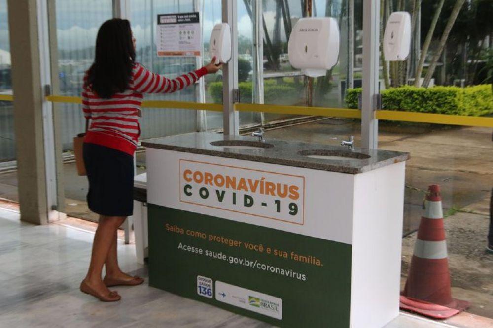 Ministério da Saúde instala pia na entrada do prédio para incentivar as pessoas a higienizarem as suas mãos - Fabio Rodrigues-Pozzebom/Agência Brasil