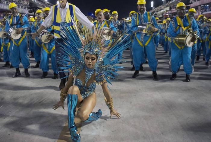 Rainha de bateria, Lexa cai durante desfile da Unidos da Tijuca - Delmiro Junior/ Parceiro/ Agência O Dia