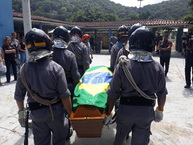 Cabo Moraes está sendo velado no Cemitério da Saudade, em Guarujá — Foto: Carlos Nogueira/ A Tribuna Jornal