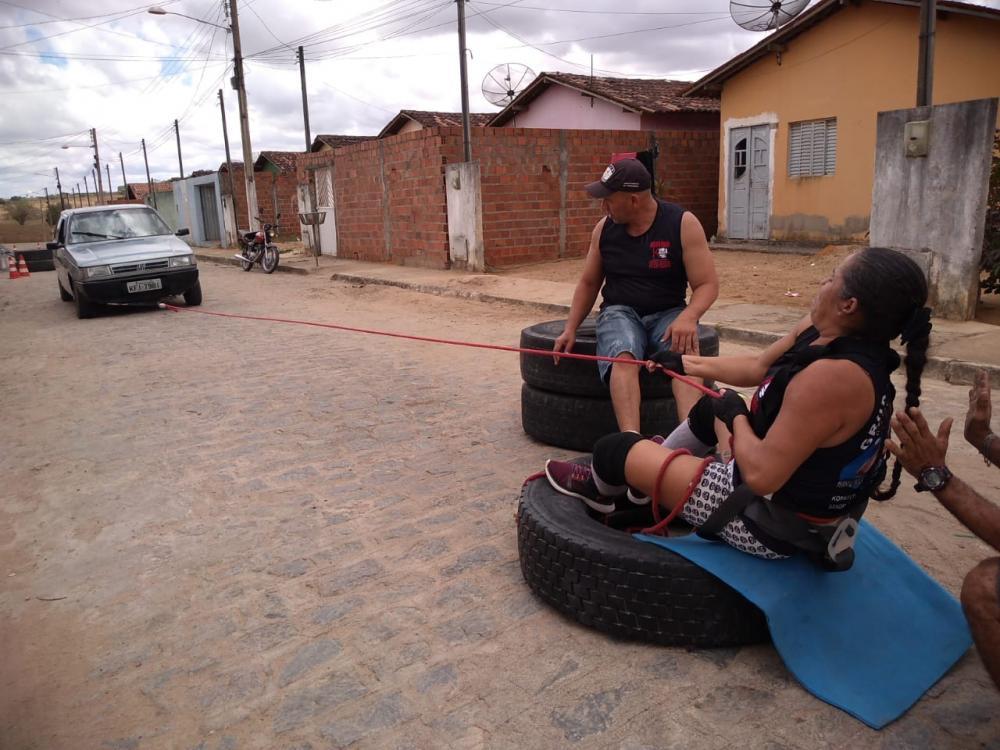 Socorro Oliveira, a mulher mais forte de Alagoas, volta a puxar carro com mais de mil quilos por 12 metros e sentada