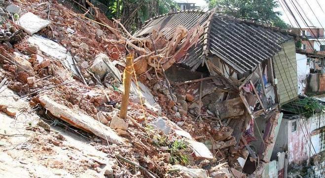 Deslizamento no morro São Bento onde cinco pessoas da mesma família são procuradas / FERNANDA LUZ/AGIF - AGÊNCIA DE FOTOGRAFIA/ESTADÃO CONTEÚDO