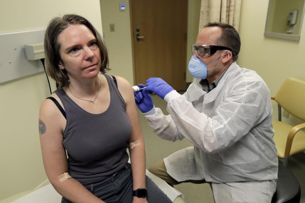Jennifer Haller foi a primeira pessoa a receber uma dose da vacina contra coronavírus nos EUA — Foto: Ted S. Warren/AP
