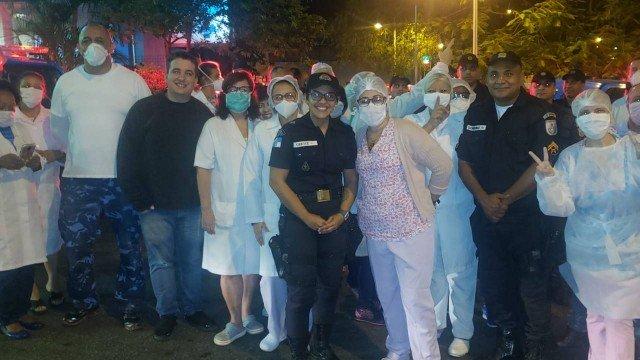 Policiais fizeram homenagem a profissionais de saúde no Salgado Filho, no Méier. Foto: Divulgação