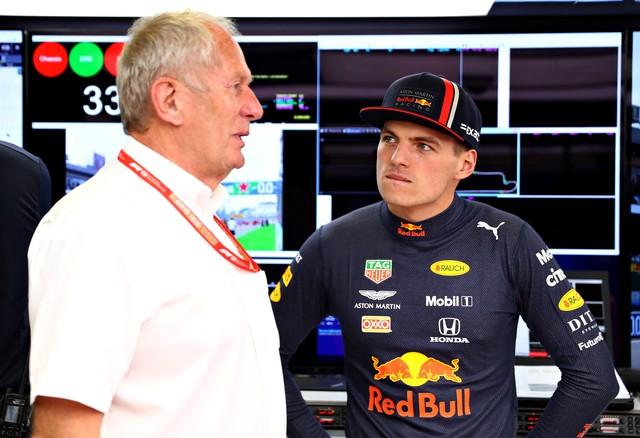 Helmut Marko conversa com Max Verstappen — Foto: Getty Images