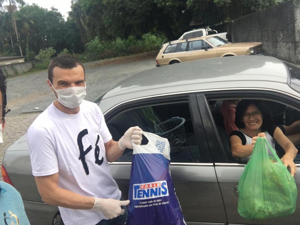 Igrejas recebem alimentos no modo drive-thru para doar a famílias carentes
