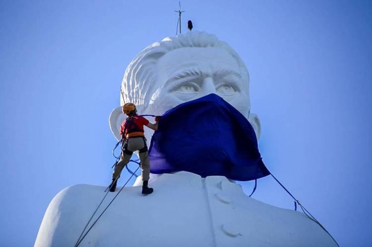 Estátua de Padre Cícero recebe máscara em prol da conscientização sobre a seriedade da pandemia de coronavírus