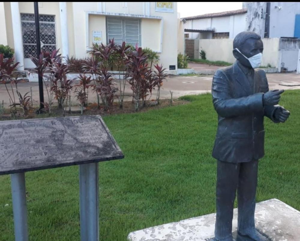 Estátua de Esperidião Rodrigues ganha máscara para alertar sobre pandemia