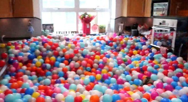 Pai usa 250 mil bolinhas e faz piscina gigante em casa para filhas