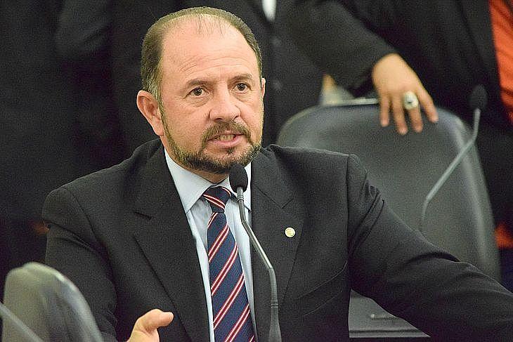 Deputado diz que a Rede Globo instalou o pânico na cabeça da população