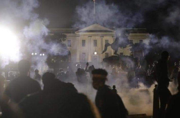 Em 6º dia de protestos, manifestantes ameaçam invadir a Casa Branca e Trump é levado para bunker