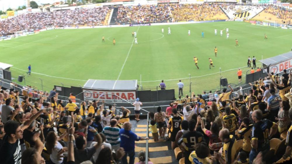 Torcida do Novorizontino comemora muito o gol anotado pelo meia Murilo