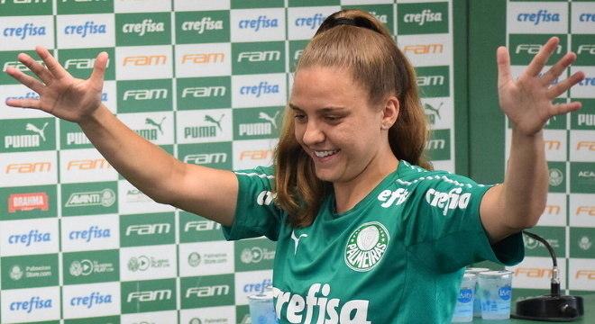 Stefany foi apresentada com os reforços do time feminino do Palmeiras