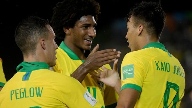 Kaio Jorge e Talles Magno comemoram o primeiro gol do Brasil (Foto: Alexandre Loureiro/ CBF)