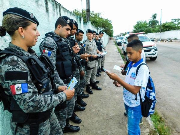 Estudantes da Escola Dom Adelmo Machado são recebidos com folheto de dicas de segurança Alan Fagner