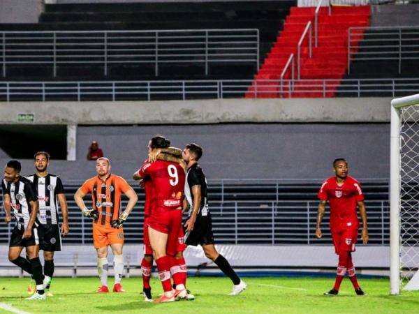 Momento em que Léo Gamalho é abraçado por companheiro por um dos dois gols que ele assinalou sobre o ASA FOTO: Ailton Cruz